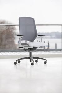 Ein ergonomischer Bürodrehstuhl mit weißem Polster und grauer Netzrückenlehne