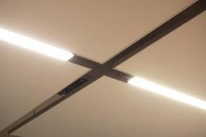 Detailansicht: Die akustischen Deckensegel mit integrierter LED-Lichtquelle.