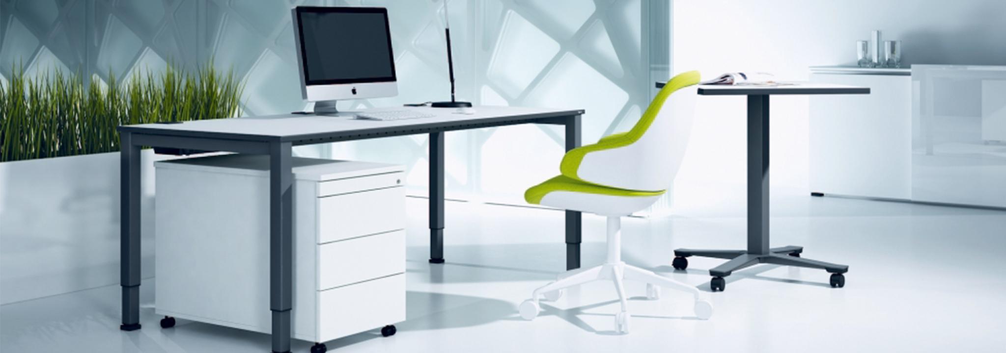 Die Basis eines ergonomischen Arbeitsplatzes: Bürostuhl und Tisch